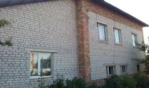 Кирпичный двухэтажный коттедж с участком в деревне Малахово
